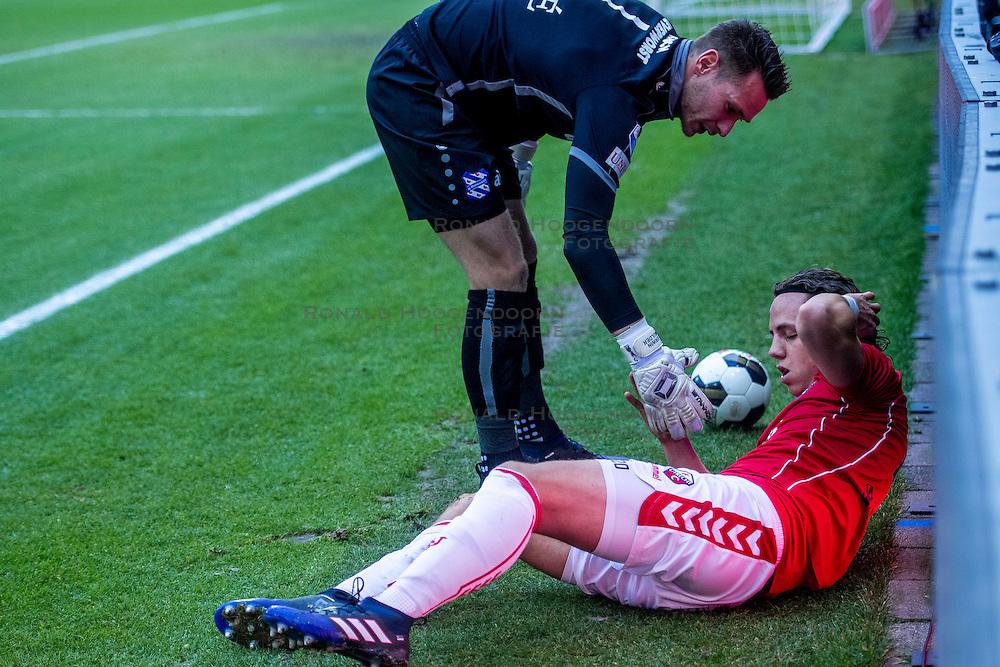 05-02-2017 NED: FC Utrecht - Heerenveen, Utrecht<br /> 21e speelronde van seizoen 2016-2017, Nieuw Galgenwaard / Blessure voor Giovanni Troupee #20 en keeper Erwin Mulder