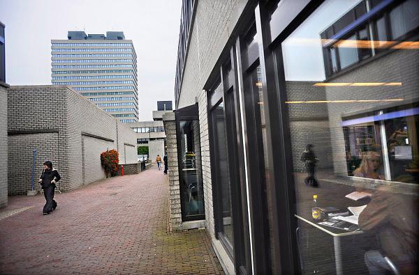 Nederland, Nijmegen, 7-10-2010De campus van de Radboud universiteit, voorheen katholieke universiteit, kun.De RU is volgens een onderzoek van Elsevier de beste universiteit van Nederland.Op de achtergrond het Erasmusgebouw, ook wel het talengebouw genoemd en blikvanger van de universiteit.