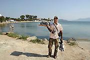 Griekenland, Aegina, 5-7-2008Straatventer Sharif uit Bangla Desh poseert met zijn koopwaar.Op teoeristenvisum naar Griekenland gekomen met de bedoeling niet meer terug te gaan, dus illegaal worden.Foto: Flip Franssen