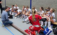ARNHEM - Coach Kristiaan Timman tijdens de teambespreking.  De vrouwen van Amsterdam tijdens de eerste dag van de zaalhockey competitie in de hoofdklasse, seizoen 2013/2014. FOTO KOEN SUYK