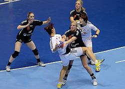 08-12-2013 HANDBAL: WERELD KAMPIOENSCHAP ZUID KOREA - NEDERLAND: BELGRADO <br /> 21st Women s Handball World Championship Belgrade. Nederland verliest de tweede partij van het WK met 29-26 van Korea / (L-R) Laura van der Heijden, Danick Snelder, Nycke Groot<br /> ©2013-WWW.FOTOHOOGENDOORN.NL
