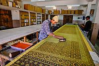 Inde, Gujarat, region du Kutch, Bhuj, Ajrakhpur, atelier artisanal de textile Ajrak avec impression au tampon // India, Gujarat, Kutch, Bhuj, Ajrakhpur, Ajrak block printing textile