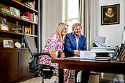 Koning Willem Alexander en Koningin Maxima heeft contact met Nederlanders in werkkamer tijdens Koningsdag thuis op Paleis Huis ten Bosch<br /> <br /> King Willem Alexander and Queen Maxima  in contact with the Dutch in their study during King's Day at home at Paleis Huis ten Bosch