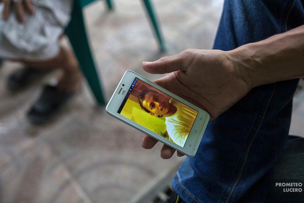 El joven que aparece en la fotografía del celular, fue asesinado en la colonia Rivera Hernández inmediatamente después de haber sido deportado de Estados Unidos a San Pedro Sula. Un testimonio relata que no fue reconocido después de varios años de no haberlo visto y fue visto con un tatuaje en el pecho. El tatuaje era el nombre de una mujer. (Prometeo Lucero)