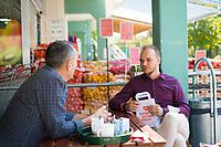 14.09.2021: Dmitri Geidel, SPD-Bundestagskandidat für Marzahn-Hellersdorf, im Gespräch mit Andre Dik, Geschäftsführer des Mix Markts, an einem Imbiss neben dem Mix Markt in Berlin-Marzahn. Mix Markt ist eine Supermarkt-Kette speziell für osteuropäische Lebensmittel.