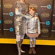 NLD/Amsterdam/20151215 - première van STAR WARS: The Force Awakens!, Chazia Mourali met dochter Jasmijn