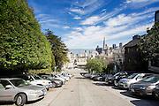 Auto's staan geparkeerd op een steile heuvel op Taylor Street. In de achtergrond is de baai met het Financial District te zien. De Amerikaanse stad San Francisco aan de westkust is een van de grootste steden in Amerika en kenmerkt zich door de steile heuvels in de stad.<br /> <br /> Cars are parked on a steep hill at Taylor Street in San Francisco. In the background San Francisco Bay and the Financial District. The US city of San Francisco on the west coast is one of the largest cities in America and is characterized by the steep hills in the city.