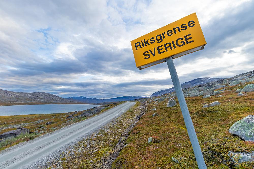 Skilt på grensen mellom Norge og Sverige. Den norske siden ligger i Narvik kommune i Nordland, den svenske ligger i Gällivare kommune i Lappland.