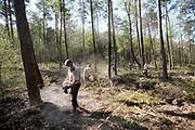 Nederland, Otterlo, 23-4-2020 Sylvana Harmsen van de wageningen universiteit en haar helpers strooien steenmeel uity Noorwegen over de grond in natuurpark de Hooge Veluwe ihkv haar promotieonderzoek naar het tegengaan van stikstof en het verrijken van de grond, bodem, met voedingsstoffen .Foto: Flip Franssen