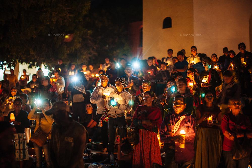 Peregrinos levantan sus veladoras en momento que sacan a Cristo Jesús de su nicho en el interior de la iglesia de Huaynamota, Nayarit.