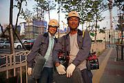 Arbeiter einer Grossbaustelle in Anseong - ung. 80 Km von Seoul gelegen -  auf dem Weg von ihrer Arbeit nach Hause. <br /> <br /> Workers from a large construction site - located in Anseong about 80 Km from Seoul - leaving home after their work.