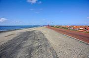 Nederland, Westkapelle, 14-9-2014 De kunstmatige zeewering van dit deel van de zeeuwse kust is de hoogste van het land. De zeedijk is aangelegd na de watersnoodramp in 1953, ter vervanging van de zwakke duinen en moet zeeland behoeden voor overstroming tijdens storm en hoogwater of springvloed. The artificial seawall of this part of the zeeuwse coast is the highest in the country. The dike was built after the flood in 1953, replacing the fragile dunes and protect Zealand for flooding during storms and high water or springtide. Foto: Flip Franssen