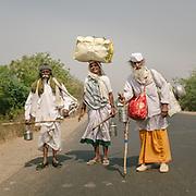 Hindu pilgrims circumambulating the holy Naramda river.<br /> Madhya Pradesh Province.