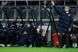20-10-2009 VOETBAL: AZ - ARSENAL: ALKMAAR<br /> AZ in slotminuut naast Arsenal 1-1 / Robin van Persie kijkt toe en rechts Arsene Wenger<br /> ©2009-WWW.FOTOHOOGENDOORN.NL