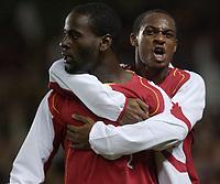 Fotball<br /> Carling Cup Fourth Round<br /> 09.11.2004<br /> Foto: SBI/Digitalsport<br /> NORWAY ONLY<br /> <br /> Arsenal v Everton<br /> <br /> Arsenal's Justin Hoyte (r/h/s) celebrates with goal scorer Qunicy Owusu-Abeyie