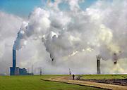 Duitsland, Grevenbroich, 11-8-2010De bruinkoolcentrales van Frimmersdorf en Neurath worden gestookt met bruinkool die in de open bruinkoolmijn Garzweiler wordt gewonnen. De mijn en centrales zijn eigendom van energiemaatschappij RWE. De graafmachine is gebouwd door staalbedrijf Krupp en elektronicabedrijf Siemens.Foto: Flip Franssen/Hollandse Hoogte