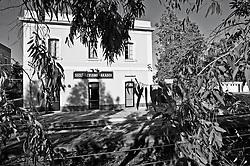 piccola stazione ferroviaria delle linee Sud Est che fa capo a tre paesi del salento come risulta dall'iscrizione sulla facciata. Reportage che analizza le situazioni che si incontrano durante un viaggio lungo le linee ferroviarie delle Ferrovie Sud Est nel Salento.