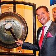 NLD/Amsterdam/20110125 - Opening Amsterdamse Effectenbeurs door cast Legally Blond, Albert Verlinde met de gong van de beurs