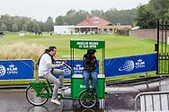 14-09-2017 - Foto van het KLM Open 2017 gespeeld op The Dutch in Spijk.. Met de Heineken_fiets vluchten voor de regen