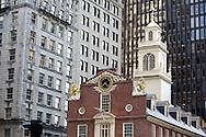 UNITED STATES-BOSTON-The Old State House. PHOTO: GERRIT DE HEUS. .VERENIGDE STATEN-BOSTON-Het Old State House tussen wolkenkrabbers langs de route van The Freedom Trail . Een wandelroute langs historische plekken in de stad. PHOTO GERRIT DE HEUS