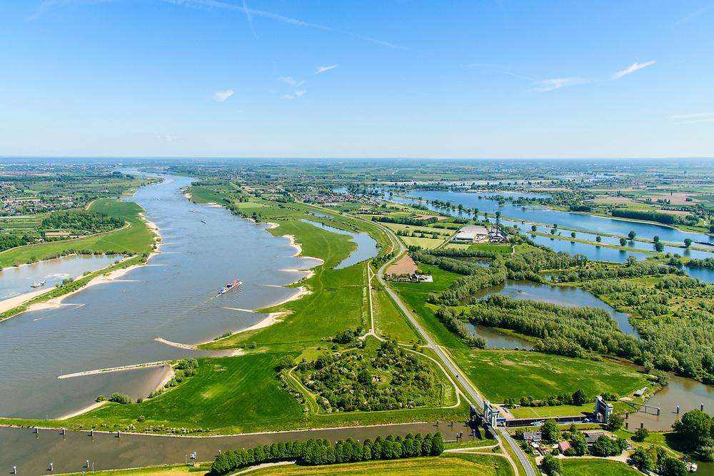 Nederland, Gelderland,  West Betuwe, 13-05-2019; Waalbandijk en Waal.  Er is een nevengeul gegraven in het kader van het waterbeheer. De oorspronkelijke geplande hoofdwatergeul, ten noorden van de dorpen Varik en Heesselt, links, buiten beeld,  is van de baan naar protesten van  betrokkenen. Voorgrond: sluis en kanaal van Sint Andries, rechts de Maas.<br /> Waalbandijk and Waal. A secondary channel has been dug as part of water management. The originally planned main water channel, north of the villages of Varik and Heesselt, is canceled as a result of to protests from those involved.<br /> <br /> aerial photo (additional fee required);<br /> luchtfoto (toeslag op standard tarieven);<br /> copyright foto/photo Siebe Swart
