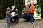 Kinderboekenschrijver Paul van Loon en prinses Laurentien presenteren in de Efteling het nieuwe boek De Sprookjessprokkelaar, een sprookjesboek dat ze samen hebben geschreven. <br /> <br /> Present Children's Writer Paul van Loon and Princess Laurentien in the new book The Sprookjessprokkelaar Efteling, a fairytale that they have written together.<br /> <br /> Op de foto / On the photo: <br /> <br />  Paul van Loon en prinses Laurentien van Oranje geven het eerste boek aan twee kinderen
