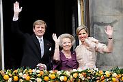 Koninklijk paar op het balkon na Abdicatieroonsafstand  in Paleis op de Dam<br /> <br /> Royal couple on the balcony after Abdication / abdication in Royal Palace<br /> <br /> Op de foto / On the photo:  Koning Willem-Alexander, koningin Maxima en prinses Beatrix / King Willem-Alexander, Queen Maxima and Princes Beatrix