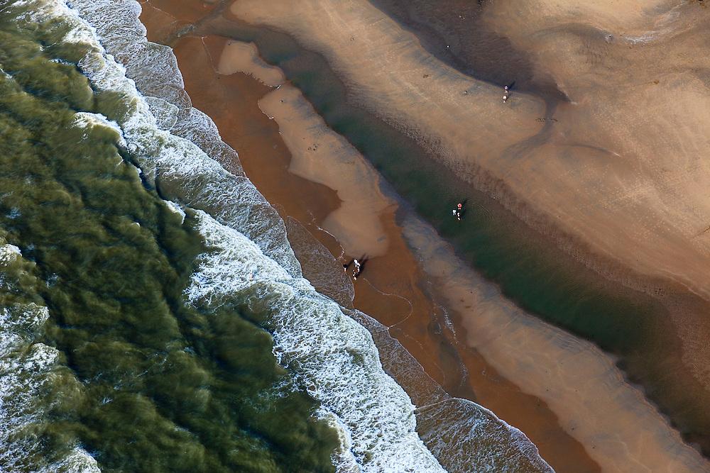 Nederland, Zuid-Holland, Den Haag, 15-07-2012; wandelaars en branding Noordzeestrand, bij de Oostduinen...Walkers on the beach of the North Sea near The Hague..luchtfoto (toeslag), aerial photo (additional fee required).foto/photo Siebe Swart