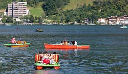THEMENBILD - Arabische Touristen mit einem Motorboot am Zeller See. Jedes Jahr besuchen mehrere Tausend Gäste aus dem arabischen Raum die Urlaubsregion im Salzburger Pinzgau, aufgenommen am 06.August 2015 in Zell am See, Österreich // Arab tourists with a motorboat on Lake Zell. Every year thousands of guests from Arab countries takes their holiday in Zell am See - Kaprun Region, Zell am See, Austria on 2015/08/06. EXPA Pictures © 2015, PhotoCredit: EXPA/ JFK