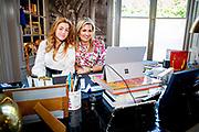 Koningin Maxima en Prinses Alexia hebben contact met Nederlanders in werkkamer tijdens Koningsdag thuis op Paleis Huis ten Bosch<br /> <br /> Queen Maxima and Princess Alexia are in contact with the Dutch in their study during King's Day at home at Paleis Huis ten Bosch