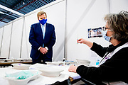 HOUTEN, 09-02-2021 ,Vaccinatielocatie Expo Houten<br /> <br /> Koning Willem Alexander tijdens een werkbezoek in het kader van het vaccinatieprogramma COVID-19. De Koning bezoekt achtereenvolgens de XL-vaccinatielocatie in Houten en het Coronabedrijf in Rijnsweerd van de GGD regio Utrecht en het RIVM in Bilthoven.<br /> <br /> King Willem Alexander during a working visit as part of the COVID-19 vaccination program. De Koning will successively visit the XL vaccination location in Houten and the Corona company in Rijnsweerd of the GGD region of Utrecht and the RIVM in Bilthoven. <br /> <br /> Op de foto / On the photo: Koning bezoekt de Vaccinatielocatie Expo Houten