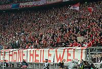 Fotball<br /> Tyskland<br /> 23.04.2013<br /> Foto: Witters/Digitalsport<br /> NORWAY ONLY<br /> <br /> Fans Bayern mit einem Plakat mit der Aufschrift 'Schoene heile Welt'<br /> <br /> Fussball Champions League, Halbfinale Hinspiel, FC Bayern München - FC Barcelona 4:0