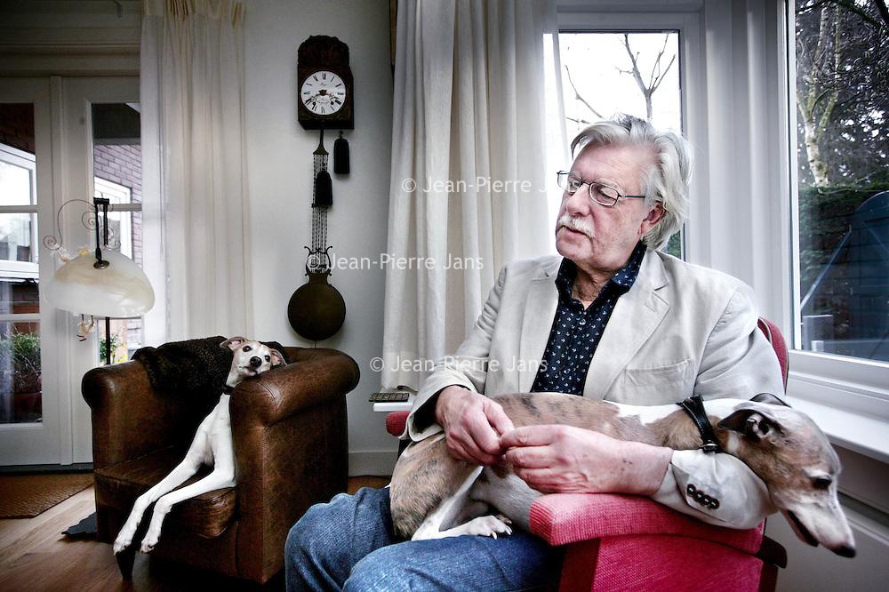 Nederland,Ede ,7 februari 2008..Jan Geurt Siebelink (Velp, 13 februari 1938) is een Nederlandse schrijver..Siebelink groeide op in een streng christelijk gezin. Hij werd leraar Nederlands en Frans en studeerde in zijn vrije tijd Franse taal- en letterkunde. Naast zijn leraarsbaan begon hij te schrijven, en produceerde een indrukwekkend aantal romans en verhalen. Zijn belangrijkste romans zijn De herfst zal schitterend zijn, De overkant van de rivier, Vera, Margaretha en de bestseller Knielen op een bed violen. In het laatstgenoemde boek vertelt Siebelink over zijn jeugd en de godsdienstige kring waar zijn vader toe behoorde..Naast zijn literaire werk schreef Siebelink ook essays over de Franse decadente literatuur..In 2002 kreeg Siebelink de F. Bordewijkprijs voor het boek De overkant van de rivier. In 2005 kreeg Siebelink voor Knielen op een bed violen de AKO Literatuurprijs.