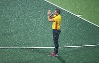 AMSTELVEEN - scheidsrechter Paul v.d. Assum staakt de wedstrijd  tijdens een hagelbui Hoofdklasse mannenhockey Amsterdam-Kampong (0-2) . COPYRIGHT KOEN SUYK