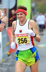Prvi Slovenec Robert Kotnik (skupno 12. mesto) v cilju na 13. Ljubljanskem maratonu po ulicah Ljubljane, 26. oktobra 2008, Ljubljana, Slovenija. (Photo by Vid Ponikvar / Sportal Images)./ Sportida)