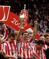 Fotball<br /> England 2004/2005<br /> Foto: SBI/Digitalsport<br /> NORWAY ONLY<br /> <br /> Sunderland v Stoke City, Coca-Cola Championship, Stadium of Light, Sunderland 08/05/2005.<br /> <br /> Captain Gary Breen lifts the Championship trophy.