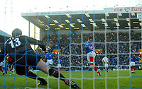Fotball<br /> Premier League England 2004/2005<br /> Foto: BPI/Digitalsport<br /> NORWAY ONLY<br /> <br /> 30.10.2004<br /> Portsmouth v Manchester United<br /> <br /> David Unsworth fires Portsmouth in to a 1-0 lead from the penalty spot