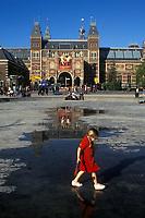 Holanda. Amsterdam.<br /> Una niña pasea frente a la fachada del Museo Rijksmuseum.<br /> <br /> © JOAN COSTA