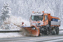 THEMENBILD - ein Schneepflug der Strassenmeisterei räumt die Strasse, aufgenommen am 13. November 2019 am Pass Thurn, Oesterreich // a snow plough from the road maintenance company clears the road at the Pass Thurn, Austria on 2019/11/13. EXPA Pictures © 2019, PhotoCredit: EXPA/ JFK