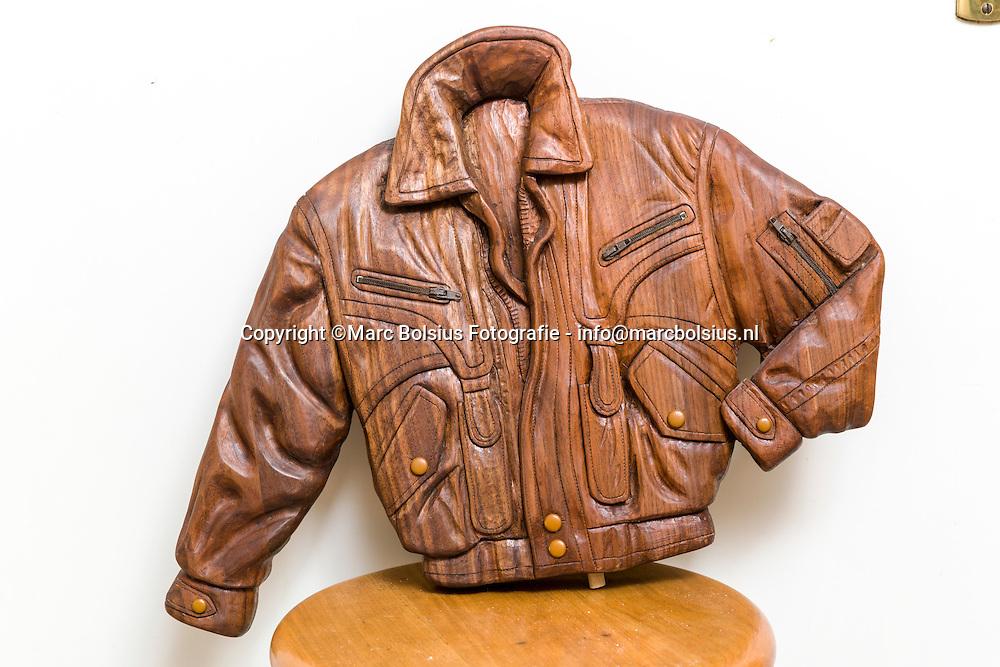 Nederland,  Vught, Rubriek Oude Meester , Age Visser maakt houtsnijwerk in allerlei varianten.