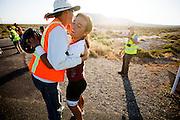 Taegan Patterson wordt gefeliciteerd met haar run op de vijfde racedag. In Battle Mountain (Nevada) wordt ieder jaar de World Human Powered Speed Challenge gehouden. Tijdens deze wedstrijd wordt geprobeerd zo hard mogelijk te fietsen op pure menskracht. Ze halen snelheden tot 133 km/h. De deelnemers bestaan zowel uit teams van universiteiten als uit hobbyisten. Met de gestroomlijnde fietsen willen ze laten zien wat mogelijk is met menskracht. De speciale ligfietsen kunnen gezien worden als de Formule 1 van het fietsen. De kennis die wordt opgedaan wordt ook gebruikt om duurzaam vervoer verder te ontwikkelen.<br /> <br /> Teagan Patterson is gratulated with her run on the fifth racing day. In Battle Mountain (Nevada) each year the World Human Powered Speed Challenge is held. During this race they try to ride on pure manpower as hard as possible. Speeds up to 133 km/h are reached. The participants consist of both teams from universities and from hobbyists. With the sleek bikes they want to show what is possible with human power. The special recumbent bicycles can be seen as the Formula 1 of the bicycle. The knowledge gained is also used to develop sustainable transport.