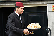 Koning Mohammed VI van Marokko verlaat zijn Hotel, het Waldorf Astoria in Amsterdam nadat hij een aantal dagen heeft doorgebracht in Nederland.<br /> <br /> King Mohammed VI of Morocco leaves his hotel, the Waldorf Astoria in Amsterdam after he has spent in the Netherlands a few days.<br /> <br /> Op de foto / On the photo: <br /> <br />  Fans krijgen thee en koekjes van de Koning / <br /> Fans get tea and biscuits from the King