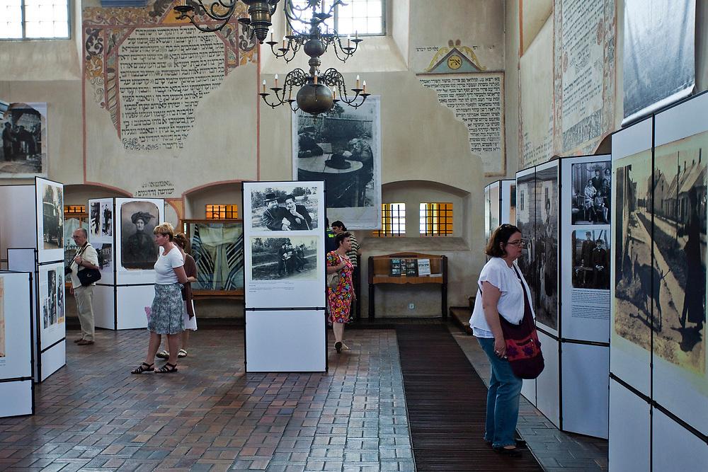 """Wystawa kolekcji fotografii Żydów polskich pt. """"I ciągle widzę ich twarze"""" w Wielkiej Synagodze w Tykocinie, Polska<br /> Exhibition of photographs of Polish Jews. """"I still see their faces"""" at the Jewish Synagogue in Tykocin, Poland"""