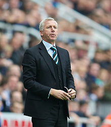 19.10.2013, St. James Park, New Castle, ENG, Premier League, ENG, Premier League, Newcastle United vs FC Liverpool, 8. Runde, im Bild Newcastle United's manager Alan Pardew // during the English Premier League 8th round match between Newcastle United and Liverpool FC St. James Park in New Castle, Great Britain on 2013/10/19. EXPA Pictures © 2013, PhotoCredit: EXPA/ Propagandaphoto/ David Rawcliffe<br /> <br /> *****ATTENTION - OUT of ENG, GBR*****
