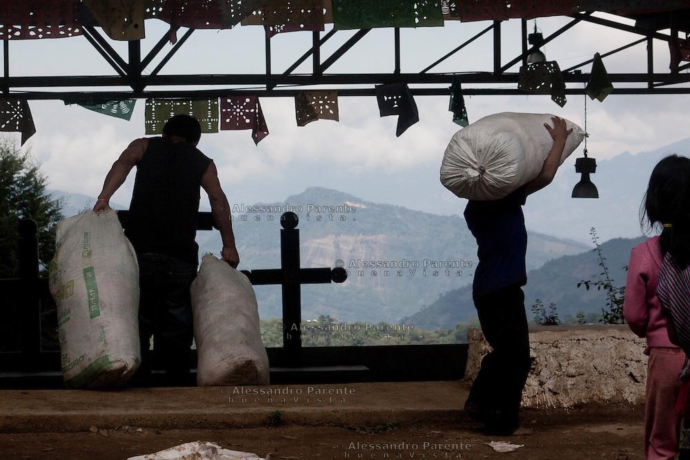 Arrival of humanitarian aid.<br /> Llegada de ayudas humanitarias.
