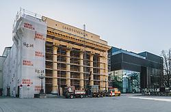 24.03.2020, Innsbruck, AUT, Coronaviruskrise, Österreich, im Bild Bauarbeiter beim Tiroler Landestheater während der Coronavirus Pandemie // Construction worker at the Tiroler Landestheater during the Coronavirus pandemic, Innsbruck, Austria on 2020/03/24. EXPA Pictures © 2020, PhotoCredit: EXPA/ JFK