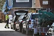 Nederland, Druten, 21-3-2020 Bij de milieustraat is het drukker als gewoonlijk . Veel mensen hebben de tijd om te klussen of op te ruimen omdat ze thuis moeten blijven of werken door de coronadreiging. Vanwege het coronavirus mogen maar vijf autos op het terrein zijn, dus ontstaat er een wachtrij die soms de doorgaande weg richting Beuningen en Dreumel blokkeert.Foto: Flip Franssen