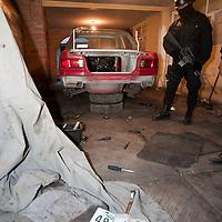 TOLUCA, Mexico.- Policias municipales de esta ciudad localizaron en Pueblo Nuevo Autocpan una casa donde se desvalijaba un automovil que habia sido robado unas horas antes en la colonia centro, ademas encontraron autopartes que corresponden al menos a 19 vehiculos, todos tipo Tsuru; hay dos personas aseguradas. Agencia MVT / Mario Vazquez de la Torre. (DIGITAL)