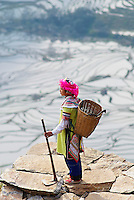 Chine. Province du Yunnan. Yuanyang, rizieres en eau. Femme d'ethnie Yi. // China, Yunnan, Yuanyang, terraced paddy-fields. Yi ethnic group woman.