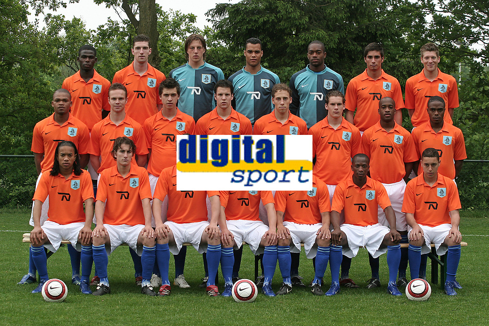 Fotball<br /> EM U21 2006<br /> Nederland U21<br /> Foto: ProShots/Digitalsport<br /> NORWAY ONLY<br /> <br /> jong oranje 16-05-2006 persdag<br /> Voorste rij vlnr: Urby Emanuelson, Paul Verhaegh, Klaas Jan Huntelaar, Nicky Hofs, Demy de Zeeuw, Romeo Castelen, Ismail Aissati.<br /> <br /> Middelste rij vlnr: Collins John, Ramon Zomer, Haris Medunjanin, Ron Vlaar, Gijs Luirink, Patrick Gerritsen, Dwight Tiendalli, Edson Braafheid, Wim .<br /> <br /> Achterste rij vlnr: Fred Benson, Arnold Kruiswijk, Remko Pasveer (K), Michel Vorm (K), Kenneth Vermeer (K), Daniël de Ridder, Stijn Schaars.